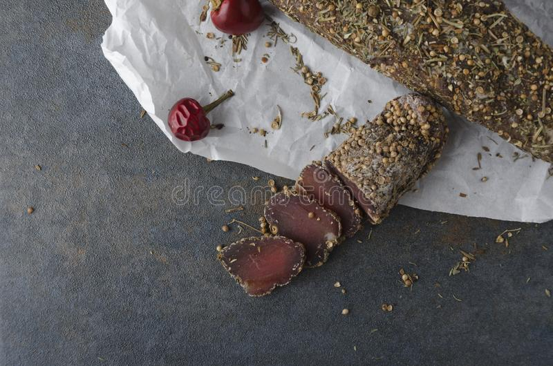 Smakowici plasterki wysuszony mięso z pikantność zdjęcie stock