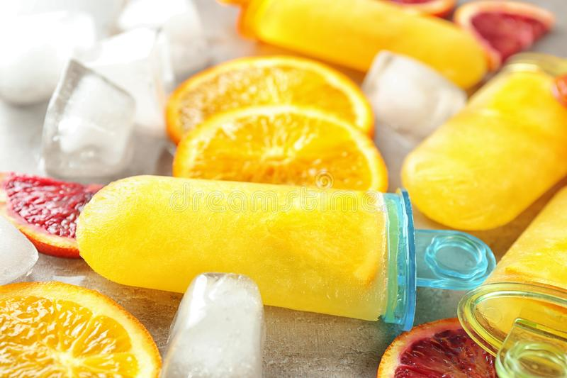 Smakowici popsicles z kostkami lodu i cytrusów plasterkami, obraz stock
