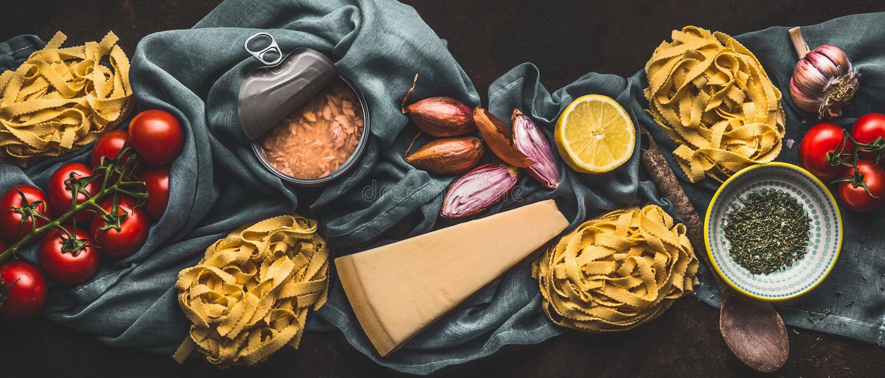 Smakowici składniki dla pomidoru tuńczyka makaronu, odgórny widok W?oski karmowy poj?cie Caned owoce morza sztandar horyzontalny zdjęcia stock