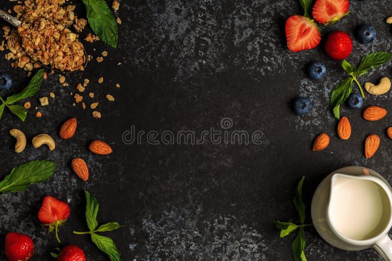 Smakowici składniki granola, jagody, mleko, dokrętki dla śniadania obraz stock