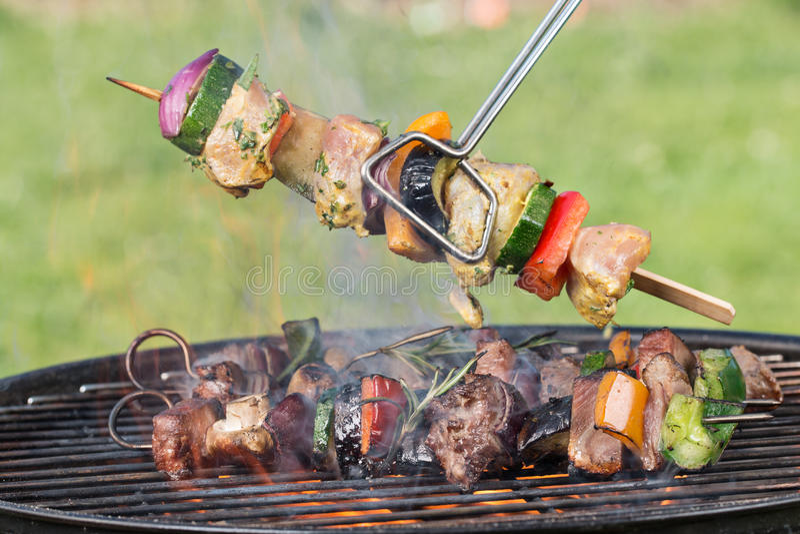 Smakowici skewers na grillu fotografia stock