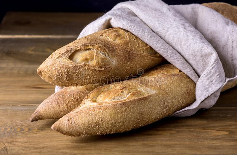 Smakowici Skorupiaści Baguettes na Drewnianego tła Domowej roboty chleba kopii Smakowitej przestrzeni zdjęcia stock