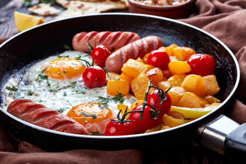 Smakowici smażący jajka i oszklona bania, zamykają up fotografia royalty free