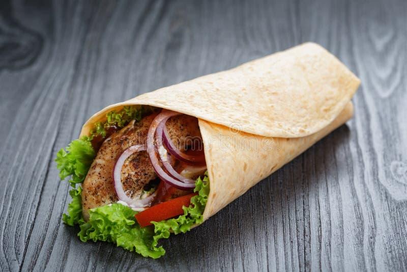 Download Smakowita świeża Opakunek Kanapka Z Kurczakiem I Warzywami Zdjęcie Stock - Obraz złożonej z posiłek, paski: 41955444