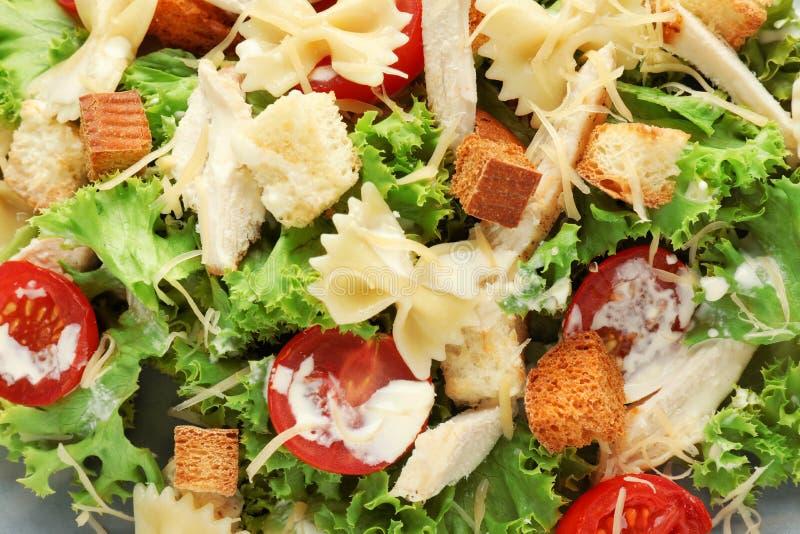 Smakowita Caesar sałatka z makaronem, zbliżenie fotografia stock