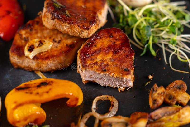 Smakowita piec na grillu wieprzowina polędwicowa z piec warzywami obrazy stock