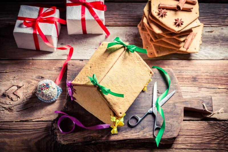 Smakowita piernikowa chałupa jako Bożenarodzeniowy prezent zdjęcie royalty free