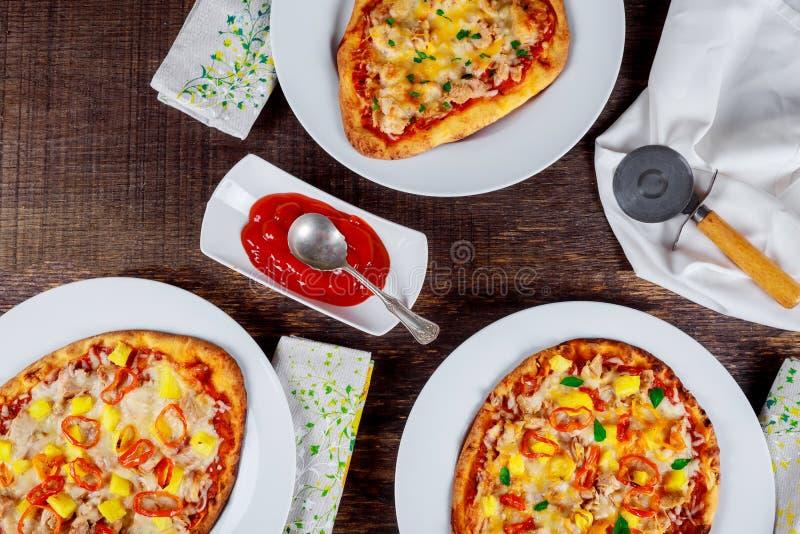 Smakowita pizza przy restauracją na nieociosanym stołowym odgórnym widoku obrazy royalty free