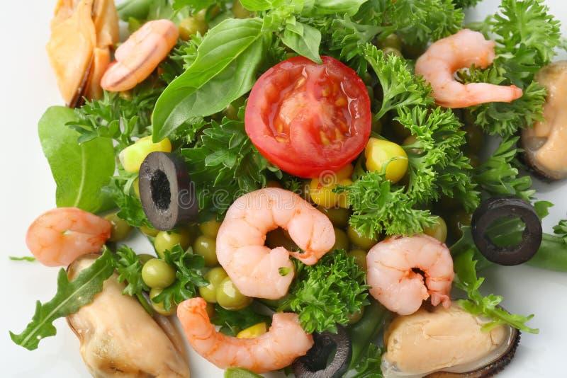Smakowita sałatka z garnelami i warzywami na talerzu, zbliżenie obrazy stock