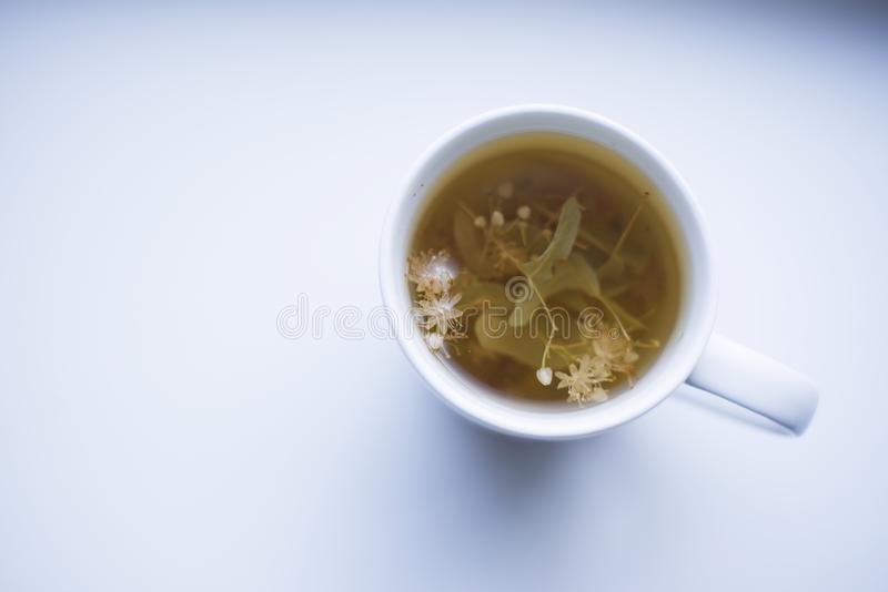 Smakowita ziołowa filiżanka herbata na białym stole fotografia royalty free