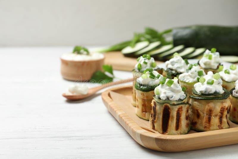 Smakowite faszerować zucchini rolki na białym drewnianym stole fotografia royalty free