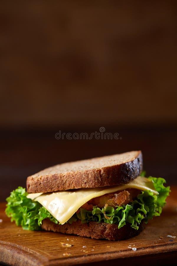 Smakowite i świeże kanapki na tnącej desce nad ciemnym drewnianym tłem, zakończenie obrazy stock