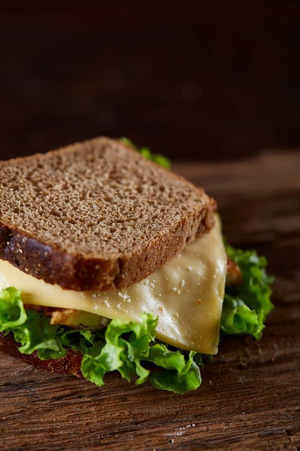 Smakowite i świeże kanapki na tnącej desce nad ciemnym drewnianym tłem, zakończenie obraz stock