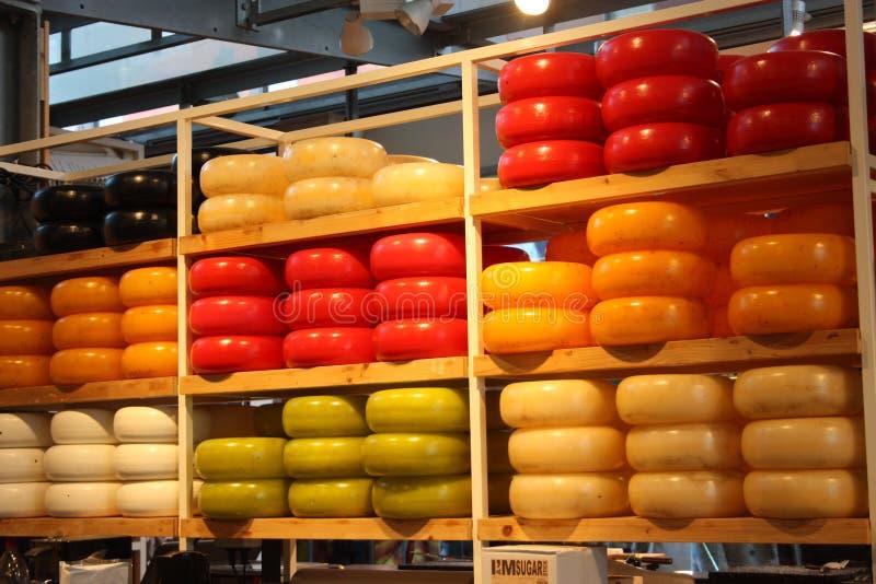 Smakowite i kolorowe formy smaczny ser dla świetnych podniebień nabiał typowy Holandia pokaz formy Holenderski ser wewnątrz zdjęcia stock