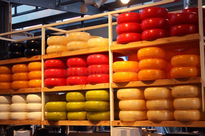 Smakowite i kolorowe formy smaczny ser dla ?wietnych podniebie? nabia? typowy Holandia pokaz formy Holenderski ser wewn?trz zdjęcia stock