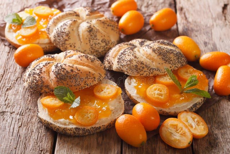 Smakowite kanapki z domowej roboty kumquat dżemu zakończeniem horyzontalny fotografia stock