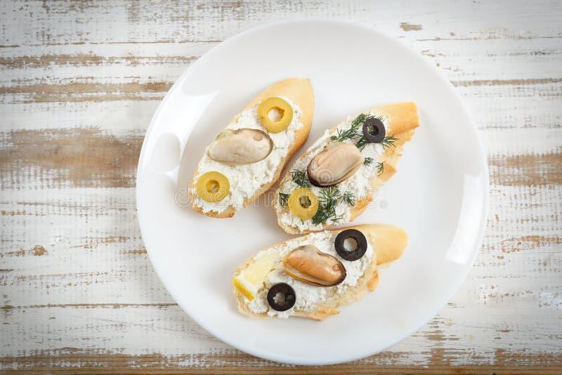 Smakowite różnorodne włoch kanapki z owoce morza zdjęcie royalty free