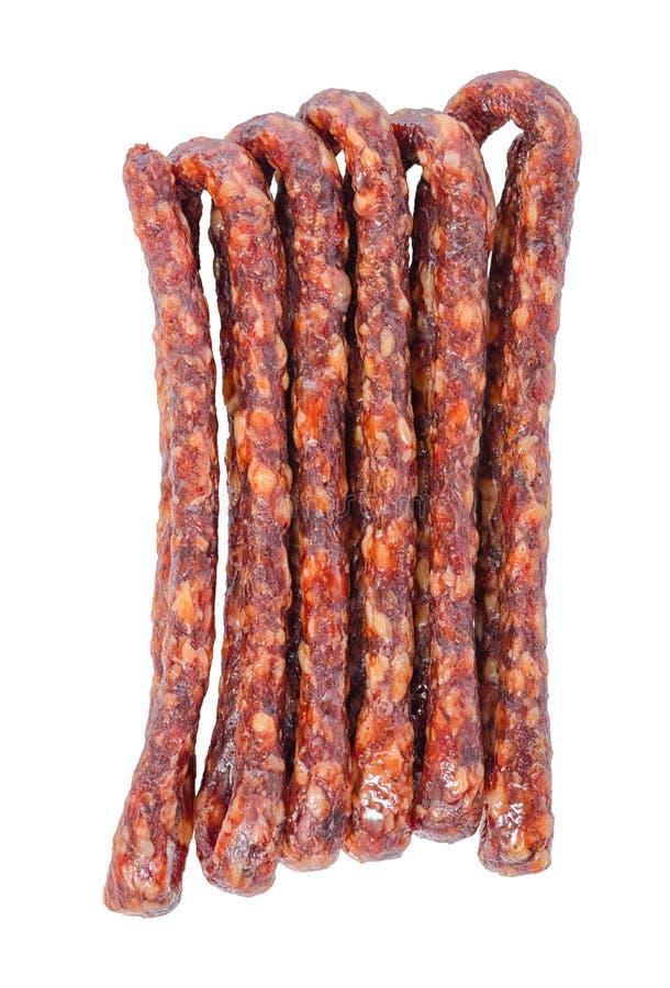 Smakowite wyśmienicie uwędzone wysuszone kiełbasy, cienki salami są odizolowywającym o obraz royalty free