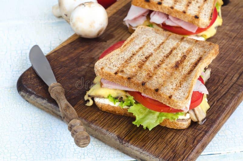 Smakowite zdrowe kanapki przy białym drewnianym stołem zdjęcia stock