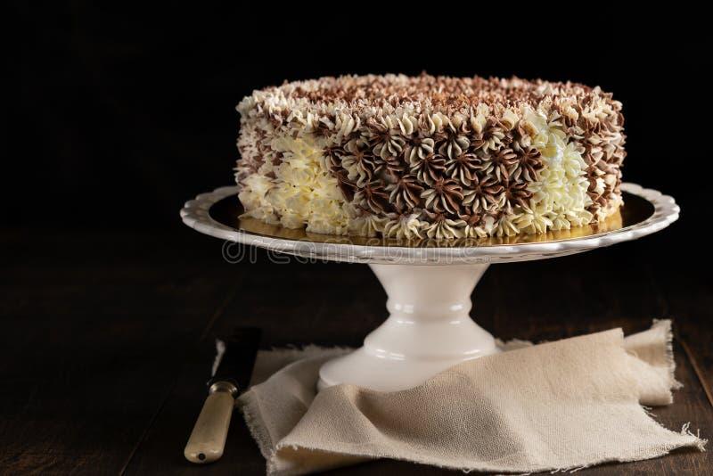 Smakowitego rocznika czekoladowy tort na nieociosanym ciemnym tle z kopii przestrzenią świętowania pojęcia odosobniony biel obrazy stock