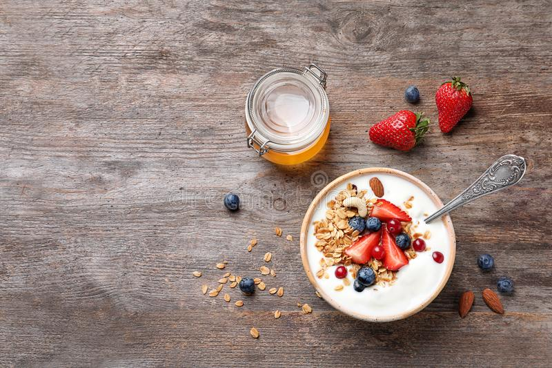 Smakowity śniadanie z jogurtem, jagodami i granola, obrazy stock