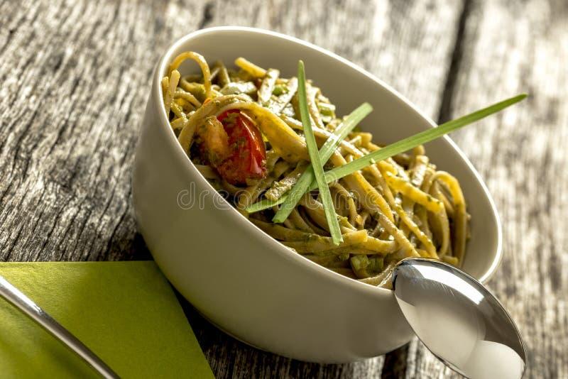 Smakowity świeżo gotujący makaron z włoszczyzny zieleni pesto kumberlandem obraz royalty free