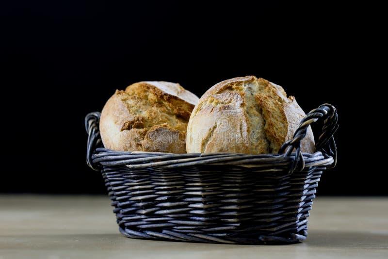 Smakowity świeży chleb w łozinowym koszu Rolki w koszu na zalecającym się obrazy royalty free