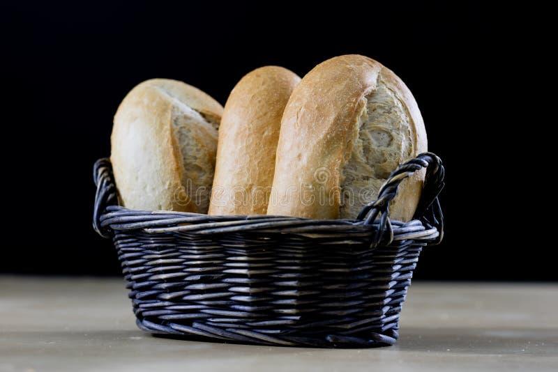 Smakowity świeży chleb w łozinowym koszu Rolki w koszu na zalecającym się zdjęcia stock