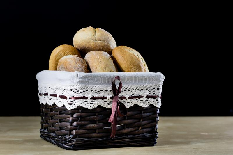 Smakowity świeży chleb w łozinowym koszu Rolki w koszu na zalecającym się obraz royalty free