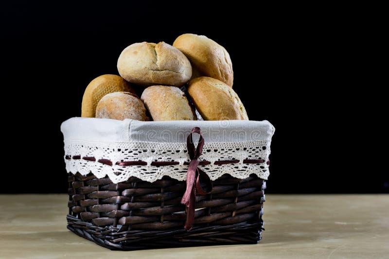 Smakowity świeży chleb w łozinowym koszu Rolki w koszu na zalecającym się obraz stock