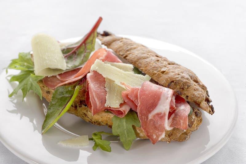 Smakowity żyto chleb ściska z pieczonym mięsem i warzywami fotografia stock
