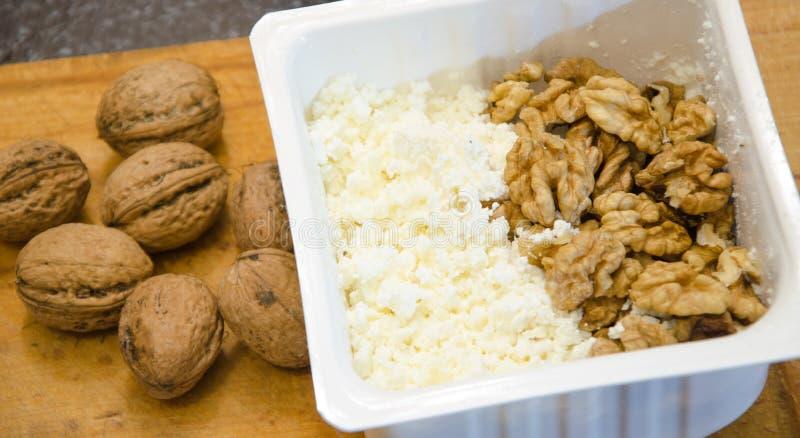 Smakowity curd ser i dokrętki Zdrowy jedzenie obrazy stock