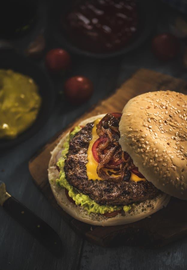 Smakowity domowej roboty hamburger zdjęcia royalty free