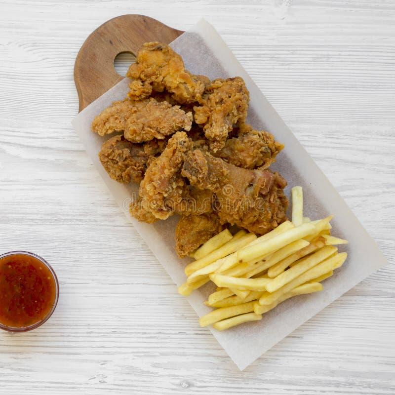 Smakowity fastfood: pieczonych kurczaków drumsticks, korzenni skrzydła, francuz smażą i kurczak dotyka z cukierki kumberlandem na obraz royalty free