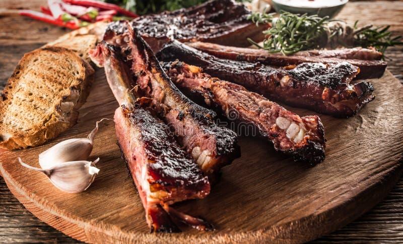 Smakowity grill piec na grillu wieprzowina ziobro z chili pepers h i pietruszką zdjęcie royalty free