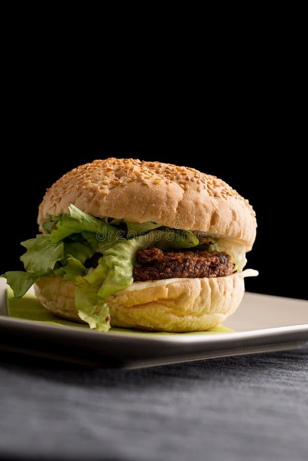 Smakowity hamburger z Jarskimi Rissoles i sałatą fotografia stock