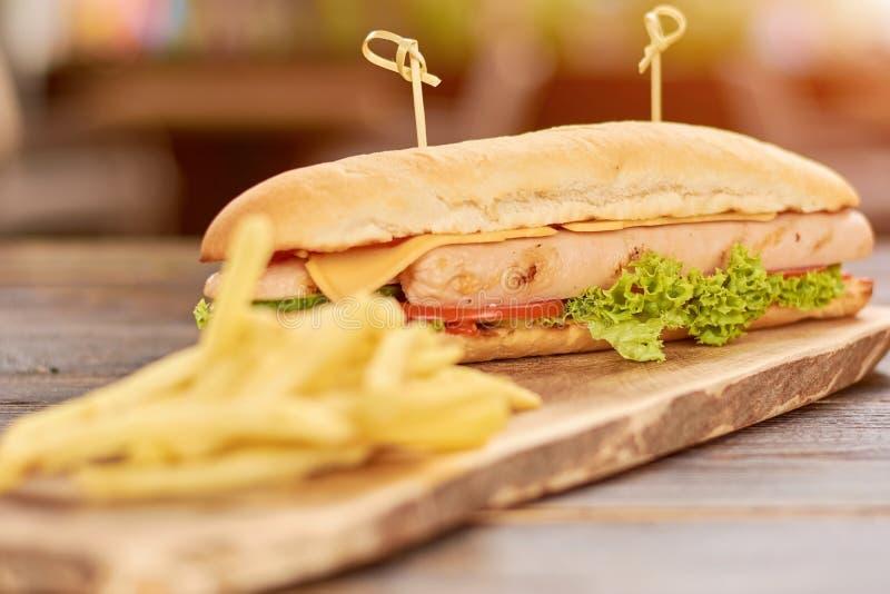 Smakowity hot dog na drewnianej desce obrazy stock