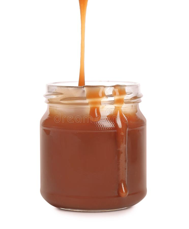 Smakowity karmelu kumberlandu dolewanie w słój odizolowywającego fotografia stock