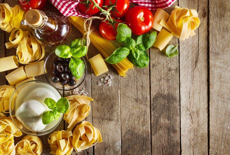 Smakowity Kolorowy Świeży Włoski Karmowy pojęcie z Różnorodnym makaronu spaghetti, Serowa mozzarella, Świeży basil, pomidory, oli obraz royalty free