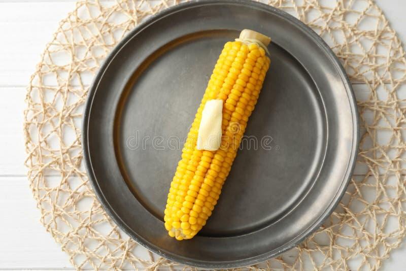 Smakowity kukurydzany cob z masłem na metalu talerzu zdjęcia stock
