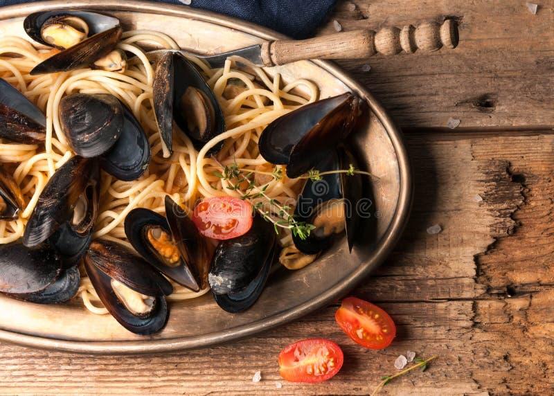 Smakowity makaron z pomidorowym kumberlandem i gotującymi mussels fotografia stock