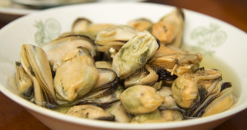Smakowity oliwiący kiszony mussels iin talerz na stole zdjęcie stock
