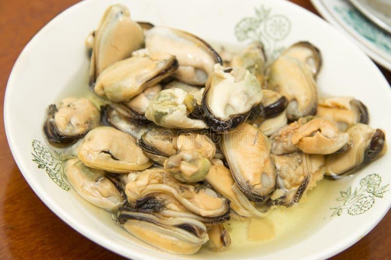 Smakowity oliwiący kiszony mussels iin talerz na stole obrazy stock