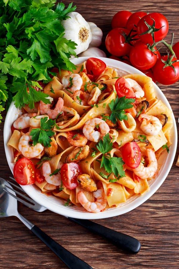Smakowity Pappardelle makaron z garnelą, kałamarnicą, mussel, pomidorami i ziele, obraz stock