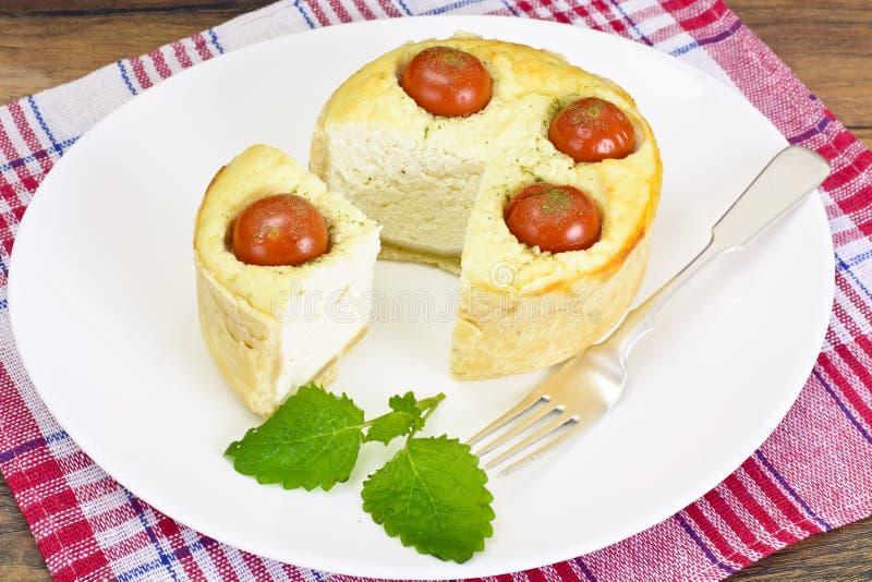 Smakowity Piec kulebiak z Ricotta i Czereśniowymi pomidorami obraz stock