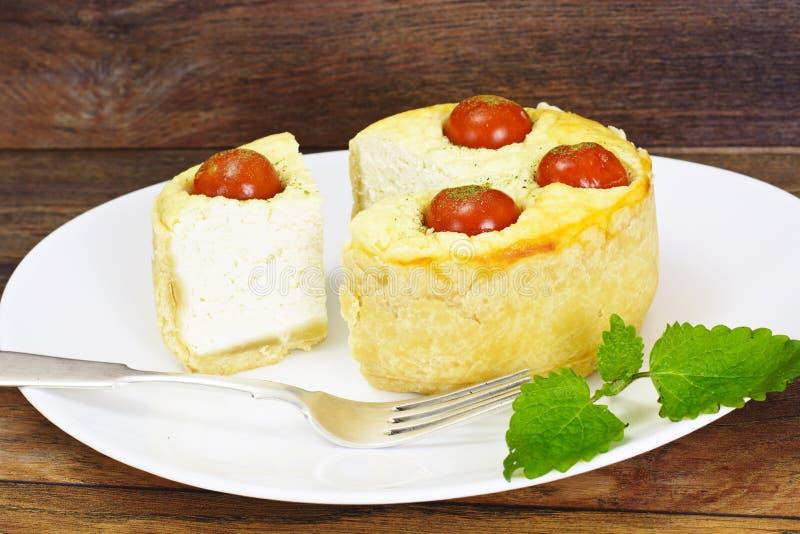 Smakowity Piec kulebiak z Ricotta i Czereśniowymi pomidorami zdjęcia stock