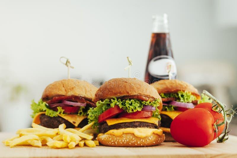 Smakowity piec na grillu dom zrobił wołowina hamburgerom i francuzów dłoniakom fotografia stock