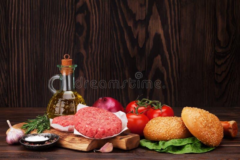 Smakowity piec na grillu domowy robić hamburgerów gotować zdjęcia royalty free