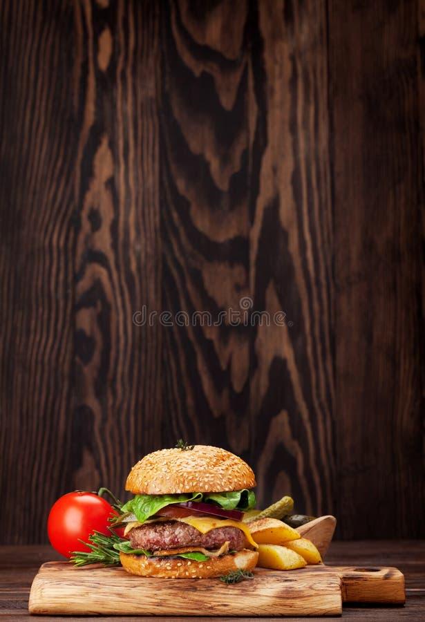 Smakowity piec na grillu domowy robić hamburger fotografia royalty free