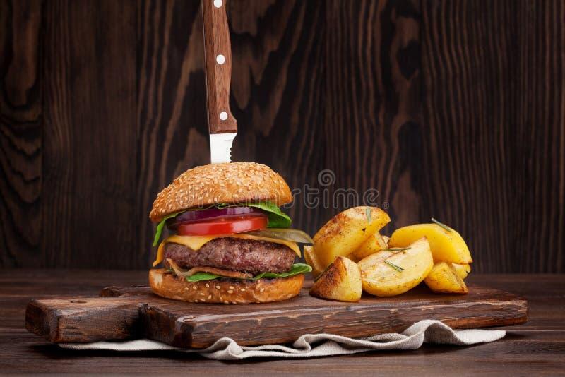 Smakowity piec na grillu domowy robić hamburger obrazy royalty free